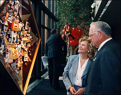 Dave Thomas and his wife view the original artwork at its unveiling in 1994